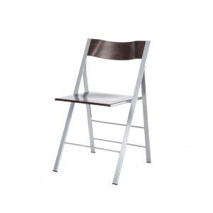 De Pocket klapstoel heeft een metalen frame en een houten rug en zitting